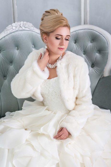 Невеста в короткой шубке и в пышном платье