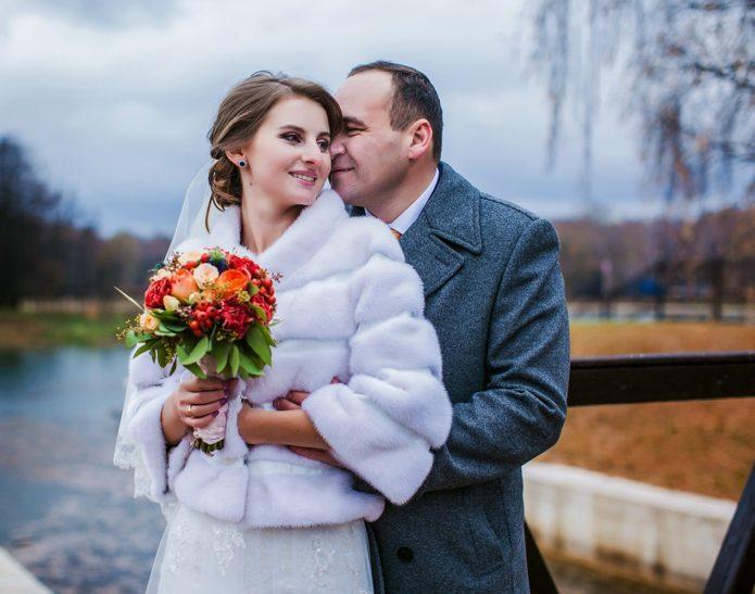 Свадебная шубка добавит уюта вашим фотографиям