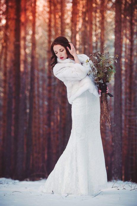Без шубки не обойтись во время фотосессии в зимнем лесу