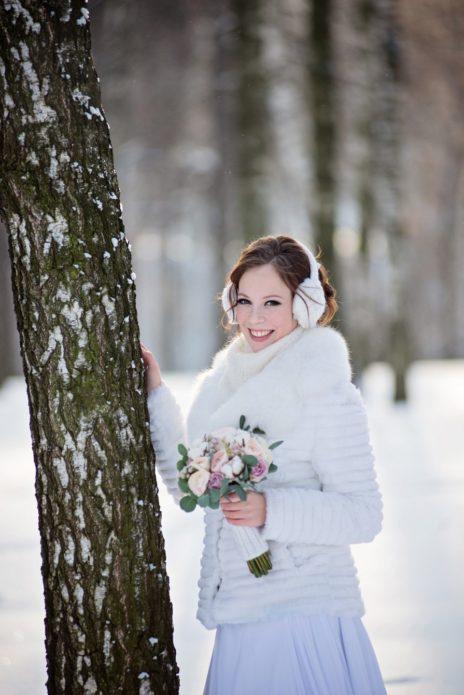 Меховая шубка и меховые наушники — лучшие друзья зимних невест!