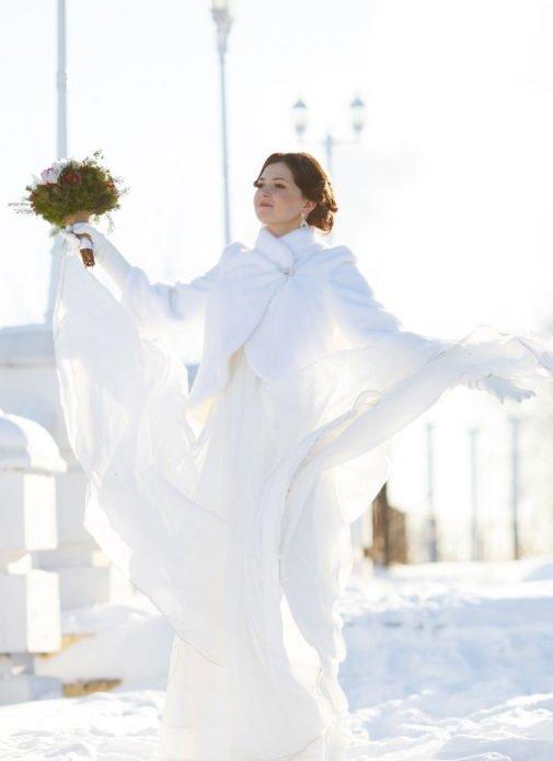 Меховая шубка отлично сочетается с легким и летящим платьем