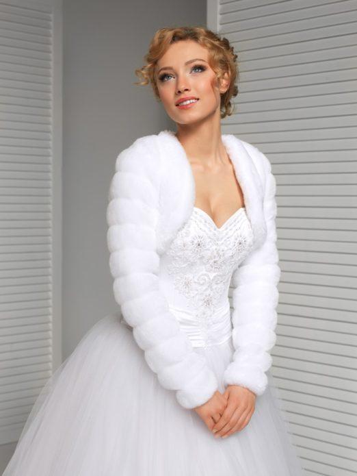 Меховое болеро подчеркивает достоинства невесты и её платья