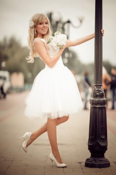 Короткое свадебное платье выглядит мило