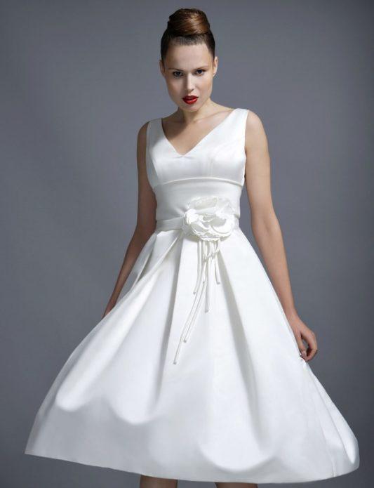 Эффектное платье с широким поясом