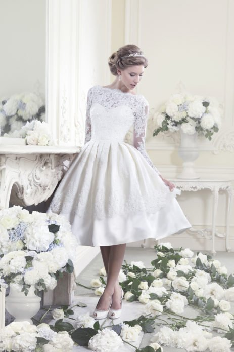 Невеста в коротком платье в цветах