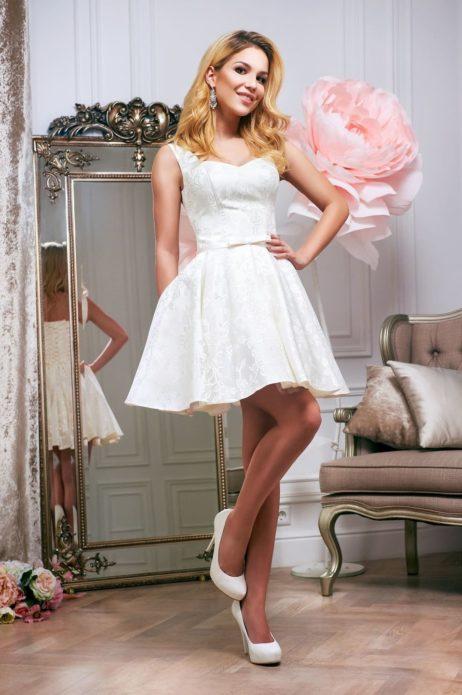 Приталенное платье подчеркнет достоинства фигуры, и скроет маленькие недостатки