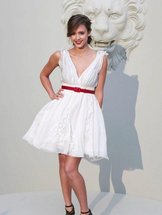 Воздушное платье с ярким акцентом