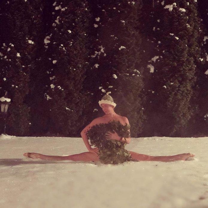 Голая Анастасия Волочкова делает шпагат на снегу