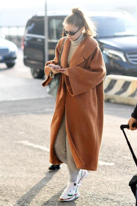 Модель Джиджи Хадид в пальто oversize