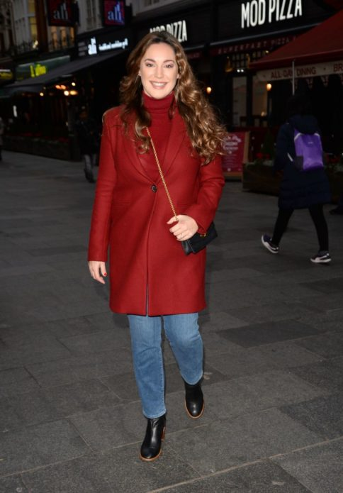 Келли Брук в красном пальто