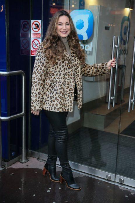 Келли Брук в укороченном пальто с принтом