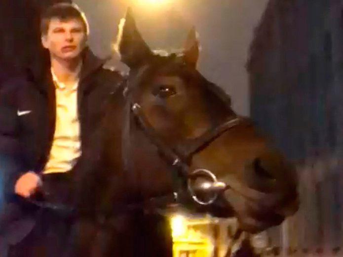 Андрей Аршавин покатался на лошади по ночной Москве