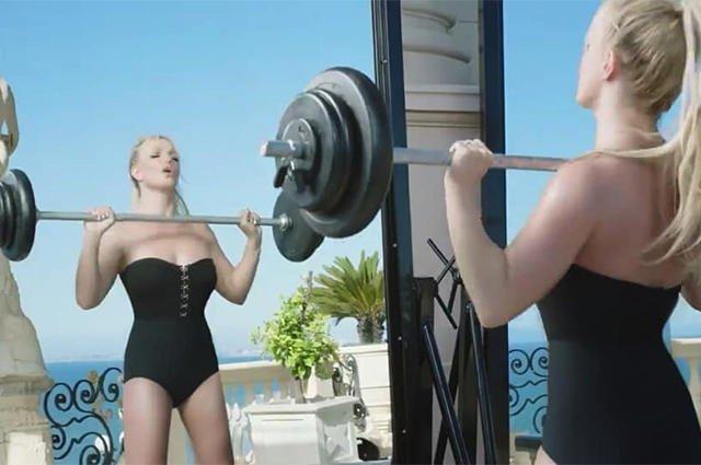 Бритни Спирс со штангой в рекламе духов