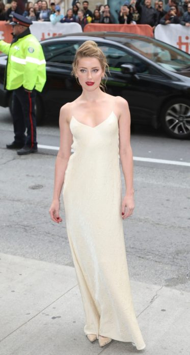 Эмбер Хёрд в платье-комбинации