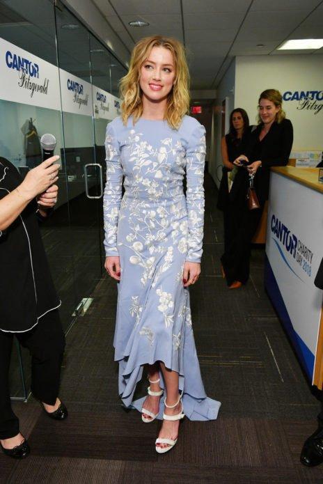 Эмбер Хёрд в нежном голубом платье
