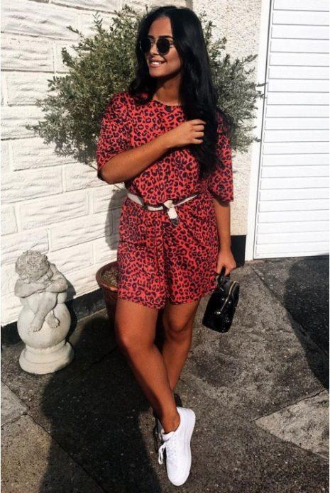 Леопардовое платье с маленькой чёрной сумкой