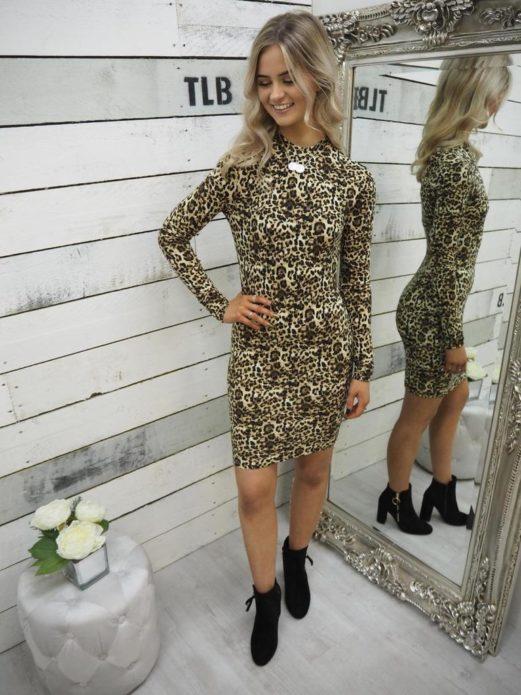 Леопардовое платье с чёрными ботинками