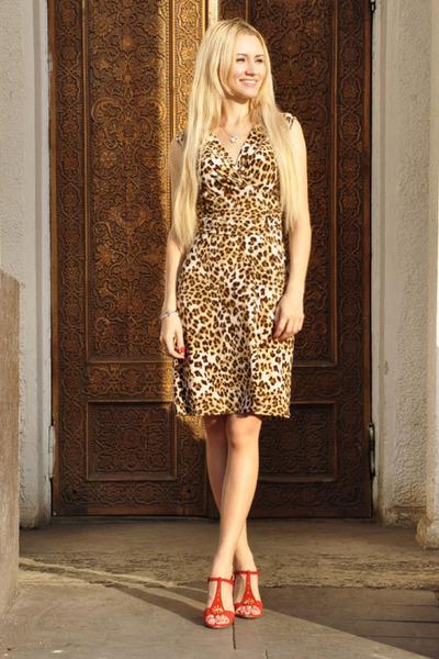 Леопардовое платье с оранжевыми босоножками