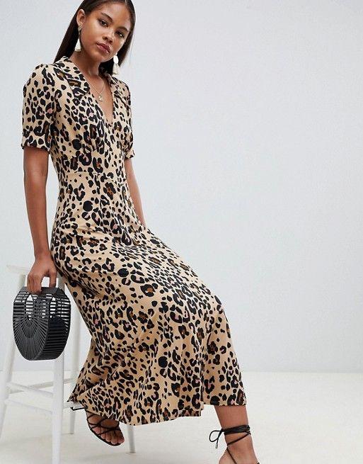 С чем носить леопардовое платье − с чёрными босоножками и сумкой