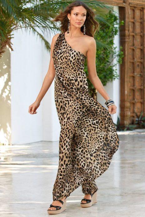Леопардовое платье с длинными серьгами и браслетом