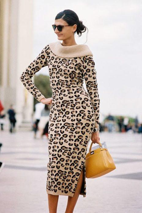 Леопардовое платье с чёрными очками и жёлтой сумкой