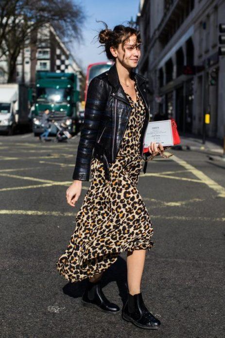 Леопардовое платье с чёрной курткой и ботинками
