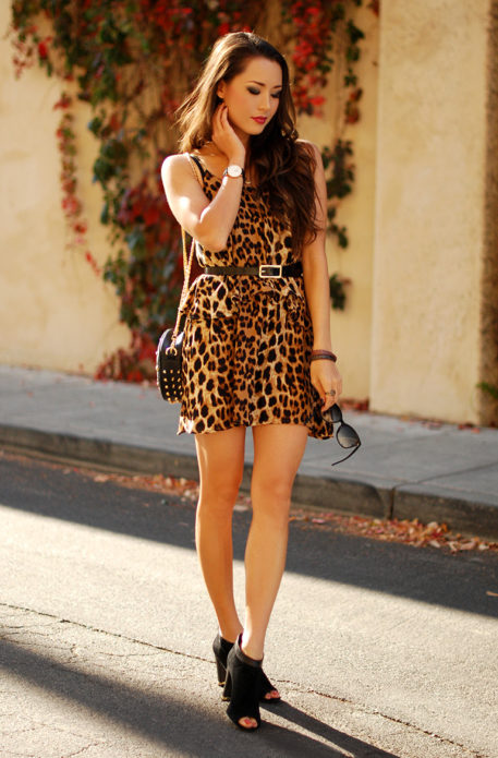 Леопардовое платье с чёрными босоножками на высоком каблуке