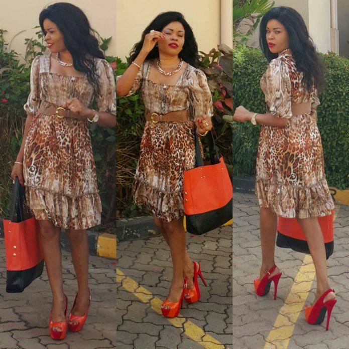 Леопардовое платье с оранжевой сумкой