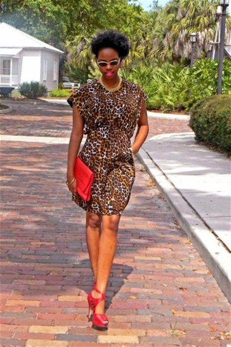 Леопардовое платье с красным клатчем и босоножками