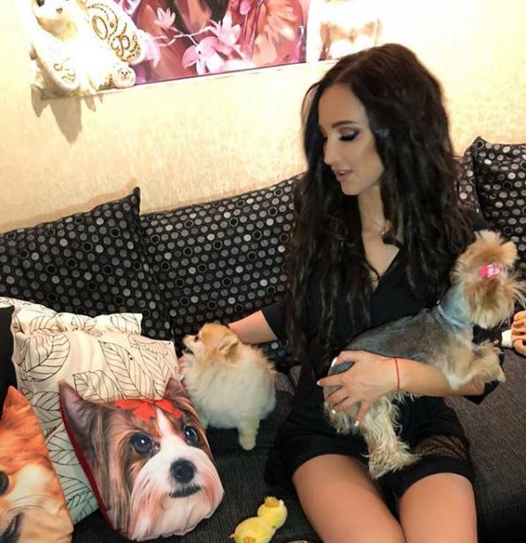 Бузова с собаками