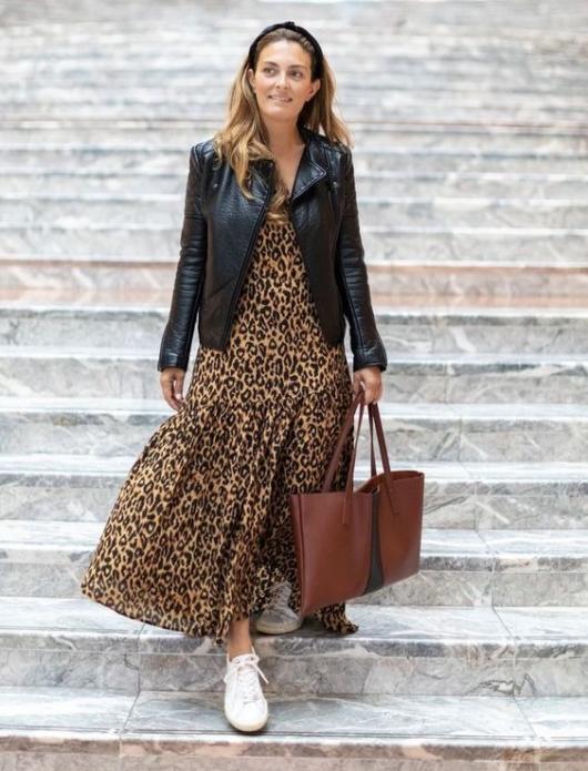 Леопардовое платье с чёрной кожаной курткой