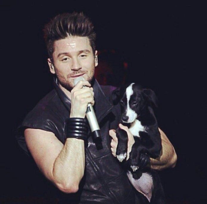 Собака Дейзи и Сергей Лазарев на сцене