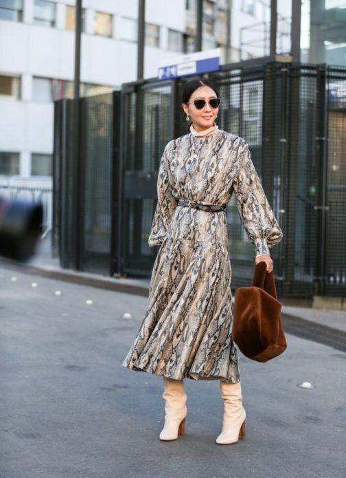 Платье миди со светлыми сапогами