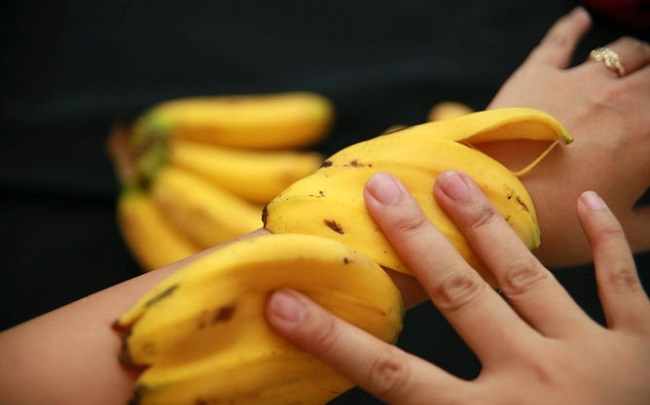 Банановая кожура в виде аппликации на руке