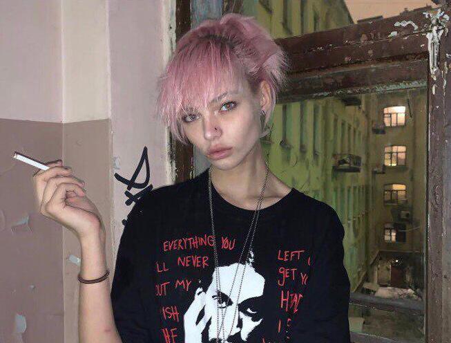 Алеся Кафельникова с сигаретой