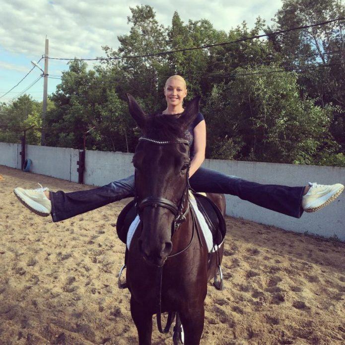 Анастасия Волочкова на лошади в шпагате