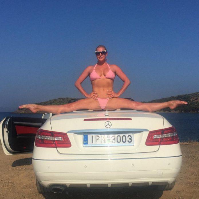 Анастасия Волочкова в шпагате на капоте машины