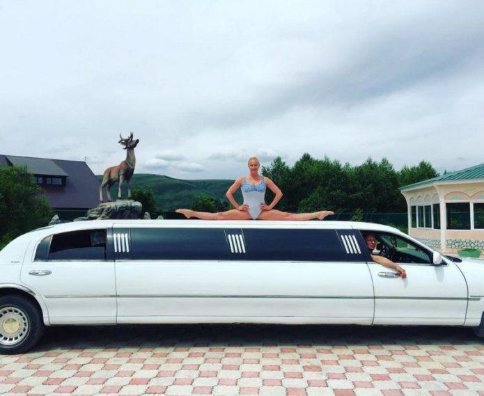 Анастасия Волочкова в шпагате на крыше автомобиля