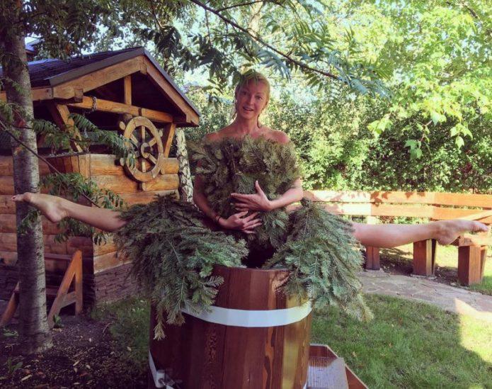 Анастасия Волочкова в шпагате на бочке