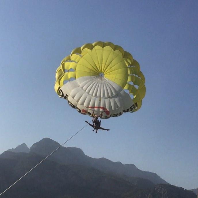 Анастасия Волочкова в шпагате прыгает с парашютом