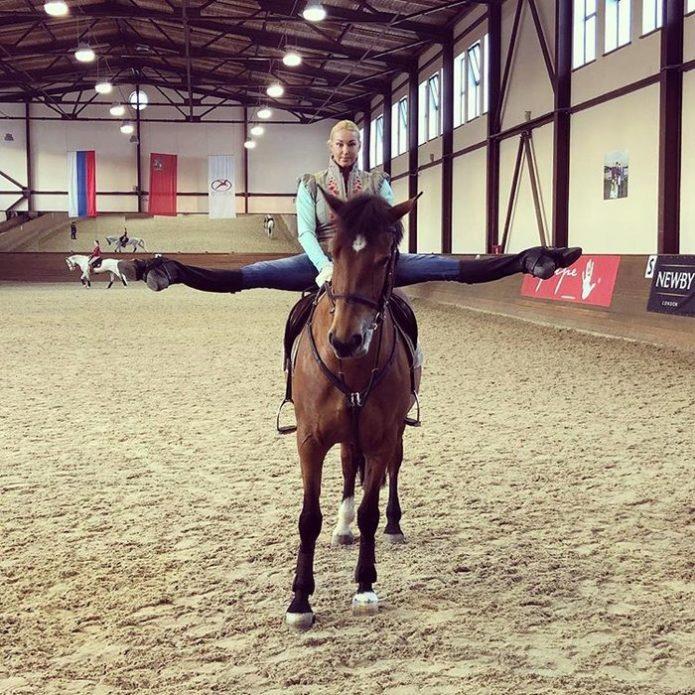 Анастасия Волочкова в шпагате на лошади