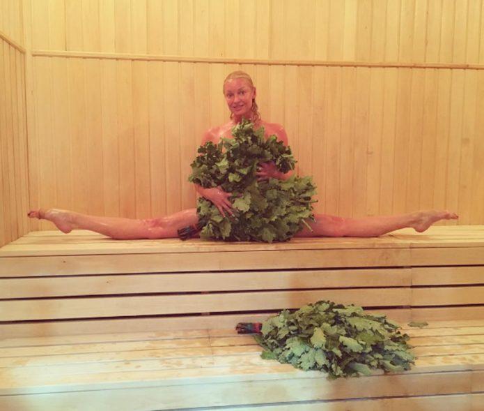 Анастасия Волочкова в шпагате в бане