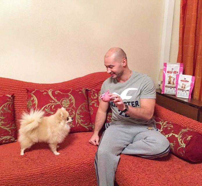Андрей играет с Моникой
