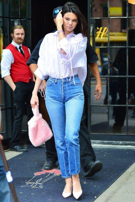 Кендалл Дженнер в джинсовых брюках