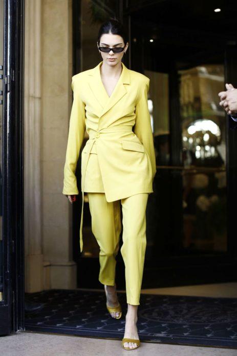 Кендалл Дженнер в жёлтом костюме