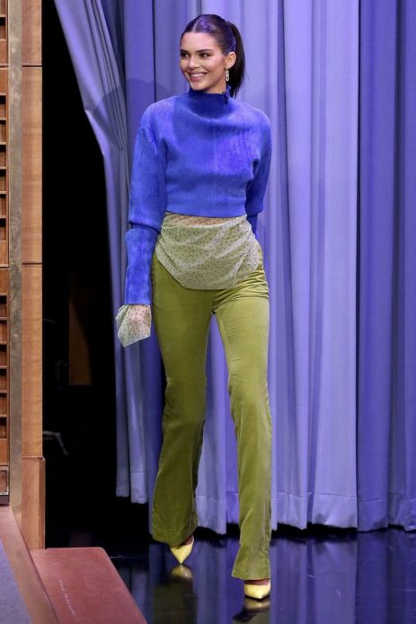 Кендалл Дженнер в голубом свитере