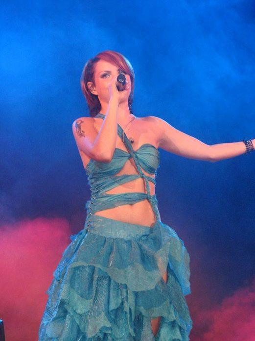 Певица Максим в лазурном платье
