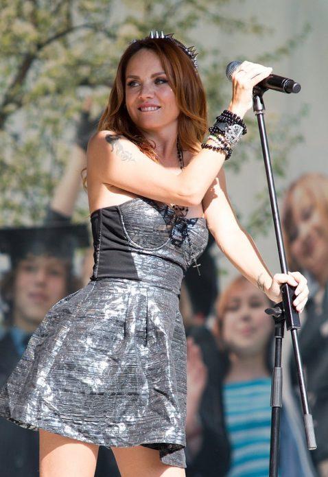 Певица Максим в коротком чёрном платье