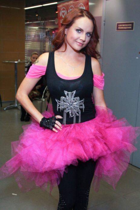 Певица Максим в чёрно-розовом платье