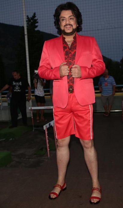 Киркоров в красном пиджаке и шортах